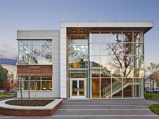 Le bâtiment ? le façade en verre de s donne à des visiteurs des avis primitifs des collines et du fleuve qui entourent le campus d'université de Smith, aussi bien qu'un raccordement visuel à la gym...