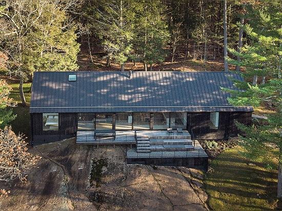 La maison de la lisière de Desai Chia atteint le minimalisme dans la nature