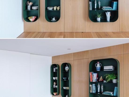 Les étagères de cet appartement créent une importante exposition de pièces de collection et de curiosités