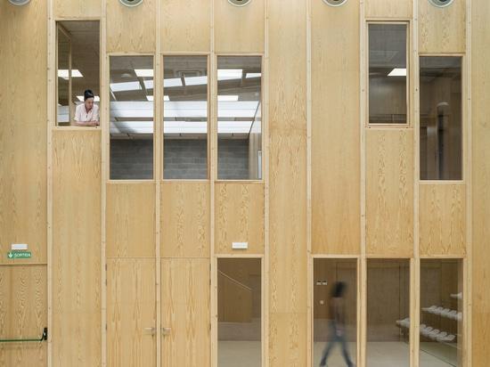 """Réforme d'un bâtiment industriel pour les équipements culturels """"La Nau"""" / Meritxell Inaraja"""