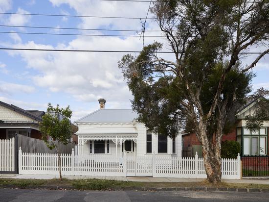Rénovation d'une maison en pelouse revêtue / Mihaly Slocombe