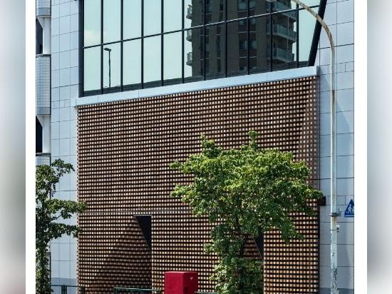 "Tsukagoshi Miyashita Sekkei arrange des cubes en bois pour former un ""rideau de bois"" à Tokyo"