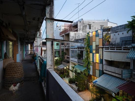 Les architectes de bloc ont conçu la maison avec le désir de réunir la culture et la communauté. Ils expliquent ? Il est sur cette tache que les gens rencontrent vers le haut, partagent et font cui...
