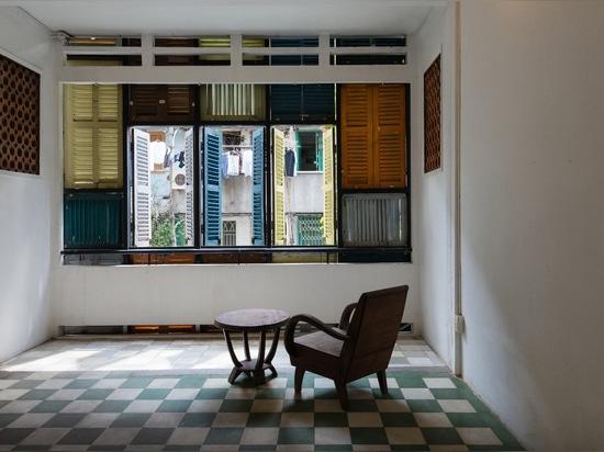 Dénommer autoguide avec des obturateurs, ou les fenêtres de jalousie, est commune en Asie du Sud-Est. Lisez plus : Le Vietnam ? la Chambre de Vegan de s est couverte de haut en bas dans la région d...