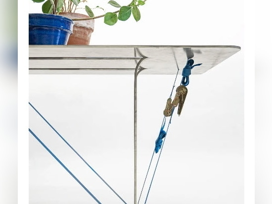 """Nebbia Works combine aluminium recyclé et sangles à cliquet pour créer la série """"tighten table"""