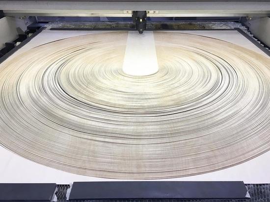 Une combinaison de LED et de bois découpé au laser pour créer ce luminaire à pendentif sculptural