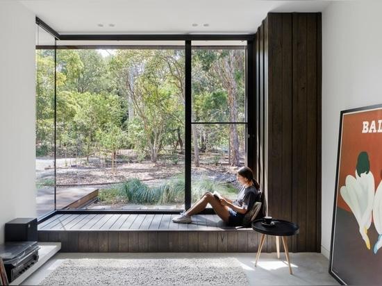 Un extérieur en bois de chêne noir cache l'intérieur blanc et lumineux de cette maison