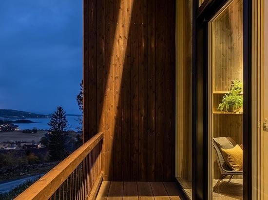 Un grand toit vert permet aux chambres de cet hôtel de se fondre dans le paysage