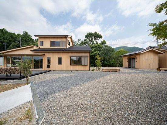 KURU + coil kazuteru matumura : les architectes achèvent la construction d'une auberge en cèdre dans la campagne japonaise