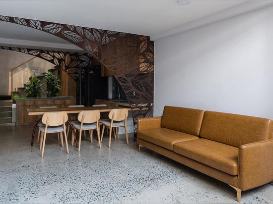 """La façade en bambou tissé habille la maison """"nid flottant"""" de l'Atelier Ngng au Vietnam"""
