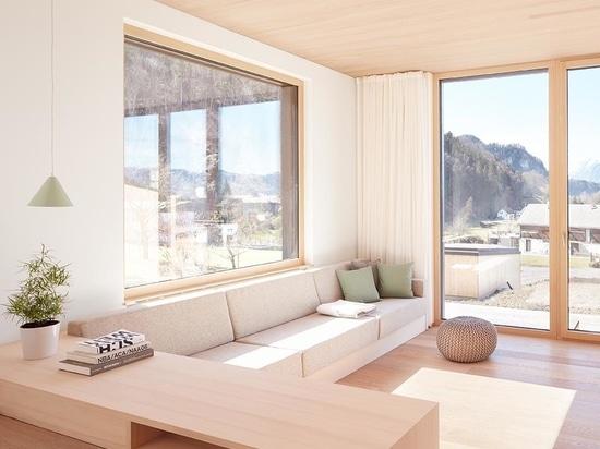 Le bois clair utilisé à l'intérieur de ce duplex le rend lumineux et moderne
