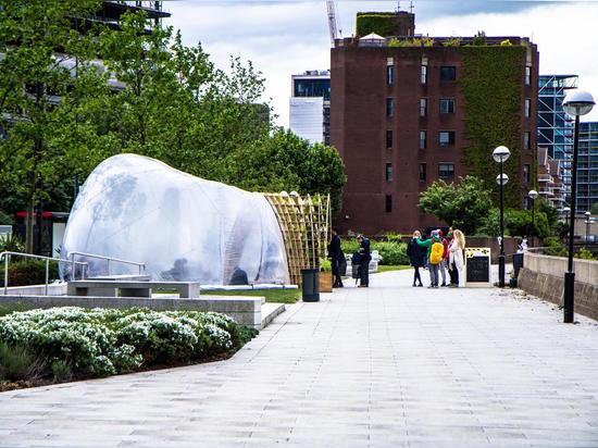 La station thermale gonflable futuriste engloutit des visiteurs en brume sur le fleuve la Tamise