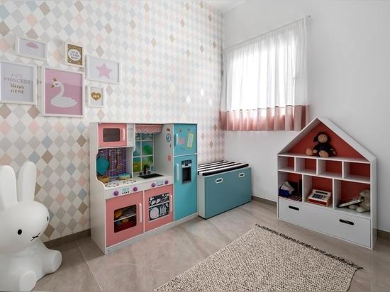 Un petit bureau était inclus dans ce mur d'étagères conçu pour mettre en valeur des éléments de décoration