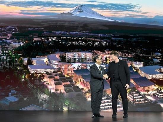 Akio Toyoda, PDG de Toyota Motor Corporation, avec Bjarke Ingels de BIG Architecture lors de l'événement CES Las Vegas 2020.