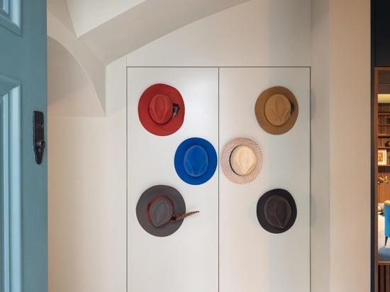 Cette cuisine a été conçue pour se cacher derrière un mur d'armoires minimalistes