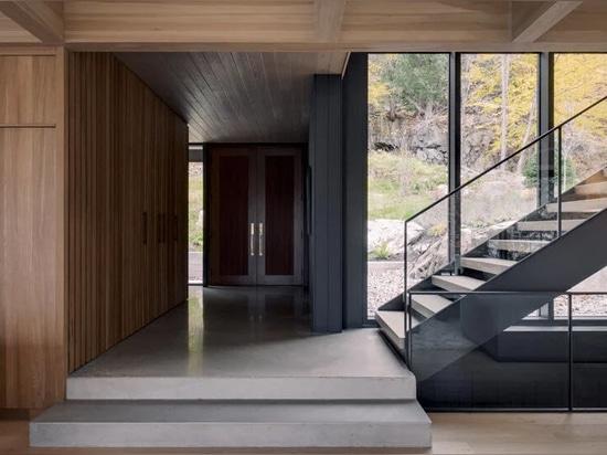 Alain Carle s'inspire du paysage pour concevoir une maison au bord d'un lac au Québec