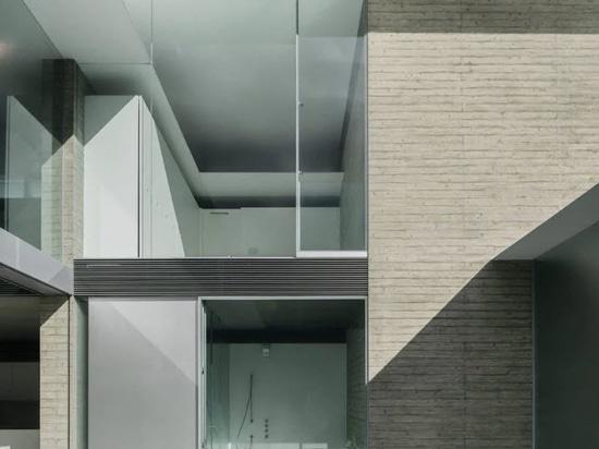 """La """"ho-house"""" de Kubota Architect Atelier au Japon combine béton blanc et verre dépoli"""