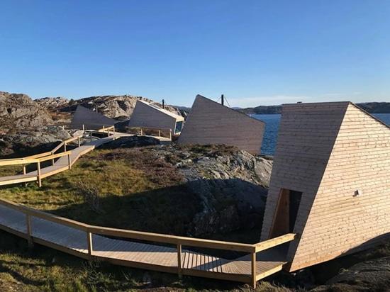 Les cabines flokehyttene de Holon Arkitektur offrent des vues panoramiques sur la côte norvégienne