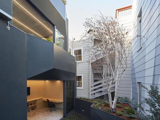 L'extérieur en bois de cette maison cache à l'intérieur un remarquable escalier bleu