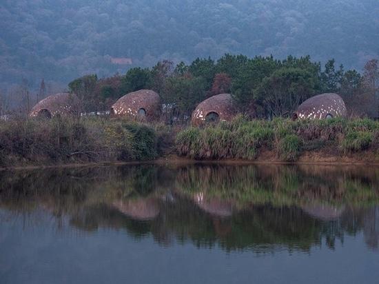 ZJJZ habille des maisons d'hôtes ellipsoïdales en aluminium miroir et bardeaux de pin dans la campagne chinoise