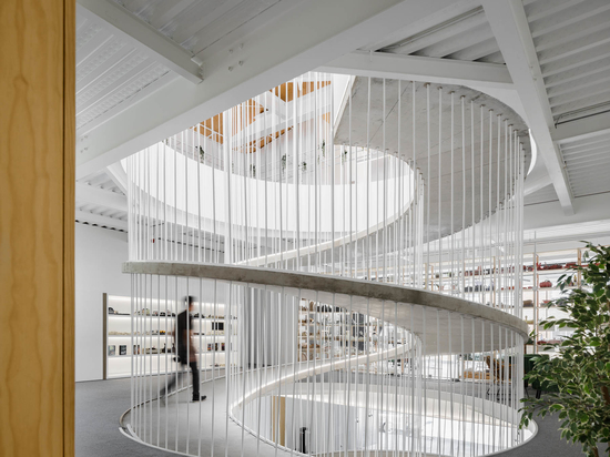 Au lieu d'escaliers, une rampe en spirale a été conçue pour cet immeuble de bureaux