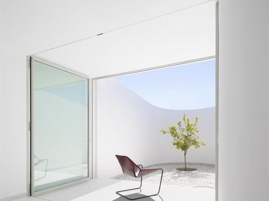 LASSA niche sa maison KHI et son espace artistique au milieu des oliviers de Grèce