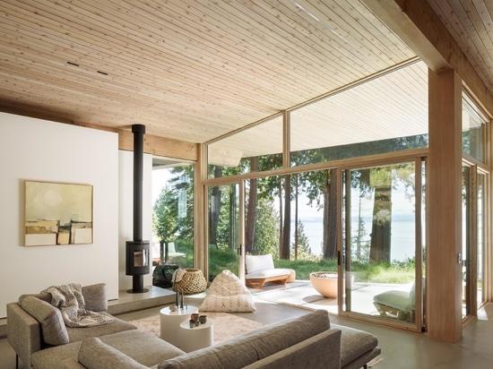 Avec un extérieur sombre et un intérieur clair, cette maison rurale est recouverte de cèdre à l'intérieur et à l'extérieur