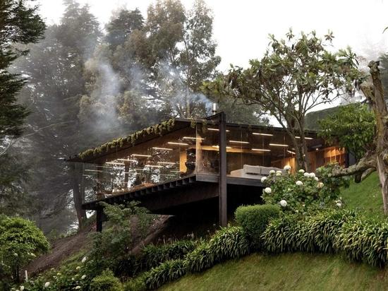 Rama Estudio crée une annexe surélevée pour la Casa Mirador en Équateur