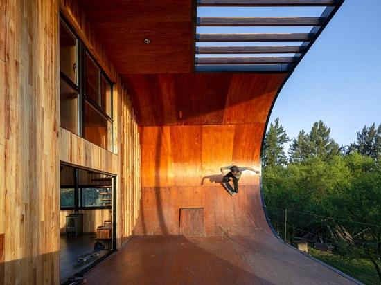 Il y a une rampe de skateboard sur l'extérieur de cette maison