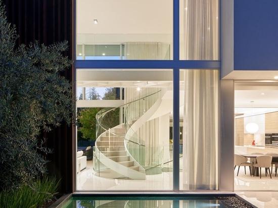 Des escaliers en colimaçon relient les trois étages de cette maison