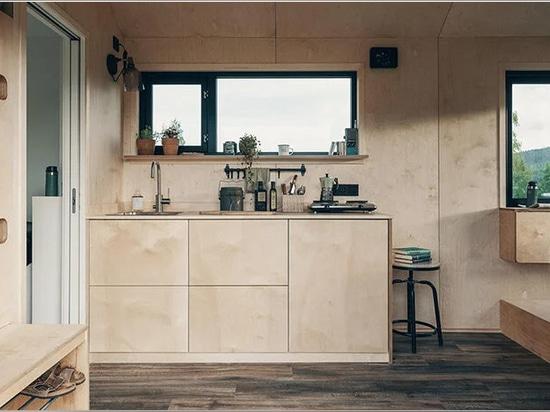 une minuscule maison mobile sur roues reflète le style nordique minimaliste