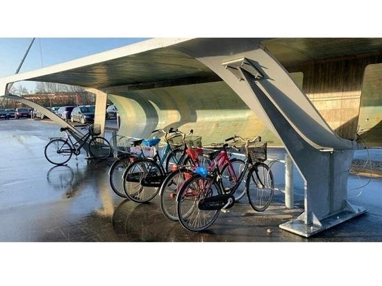 une pale d'éolienne a été reconvertie en parking à vélos à aalborg, au danemark image courtoisie de chris yelland
