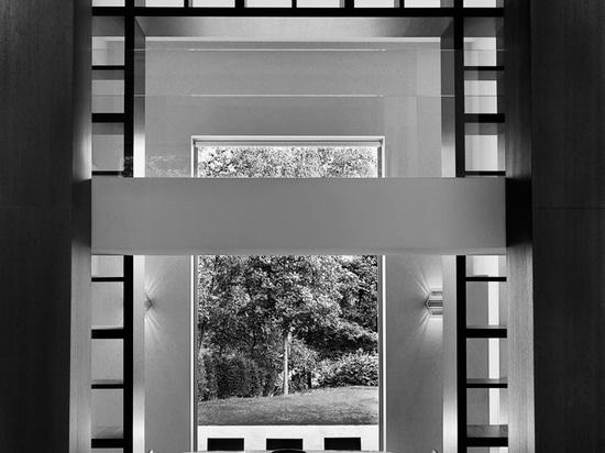 une cascade de lumière fournit un lien visuel entre deux ouvertures vitrées